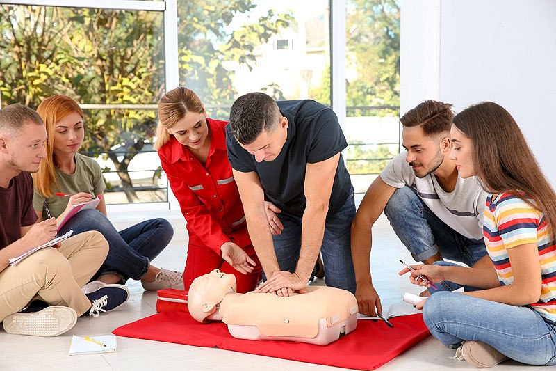 man learning cpr in first aid course